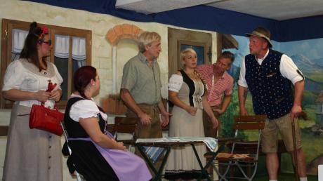 Ein ordentliches Durcheinander gab es auf der Bühne in Hainhofen. Großbauer Bachmeier (rechts), gespielt von Jens Pasig, wollte seine Stieftochter Afra (links) durch einen Spielbetrug unter die Haube bringen und war dabei noch selbst auf Brautschau.