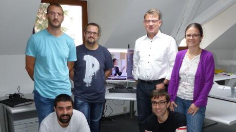 """Bei der docuvita solutions GmbH sieht das Büro meistens aufgeräumt und vor allem """"papierfrei"""" aus, denn das ist das, womit sich das Team tagtäglich beschäftigt: um das IT-gestützte Dokumentenmanagement. (hinten von links) Benjamin Roßkopf, Alexander Berndt, Gerd Schäffer, Stefanie Mehr, (vorne von links) Gefara Brik, Hündin Mia, Matthias Wendl."""