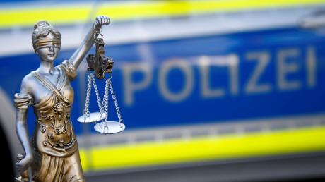 Weil ein Mann seine Freundin im Schlaf sexuell missbraucht hat, ist er nun verurteilt worden.
