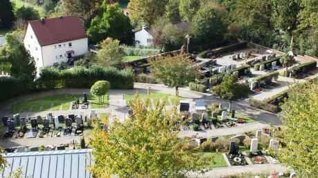 Der Illerberger Friedhof, am Hang gelegen, ist eine gepflegte Anlage. Aber auch dort sind erste Grablücken erkennbar. Im Augenblick wird dort eine neue Urnenwand errichtet.