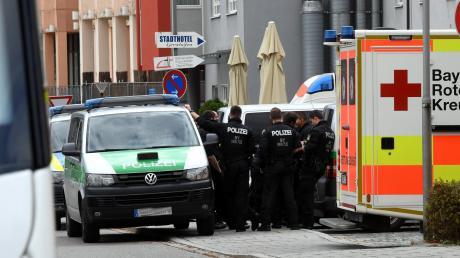 Vor der Gersthofer Polizeiinspektion wimmelte es am Dienstag nur so von Beamten. Mehrere Streifenwagen, zivile Einsatzfahrzeuge und Krankenwagen sorgten für Aufregung. Nun ist klar: Die Polizei war auf der Suche nach zwei Männern. Sie wurden wegen möglicher Freiheitsberaubung festgenommen.
