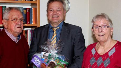 Bürgermeister Toni Brugger (Mitte) gratuliert Karl Nickolay zum 90. Geburtstag und Maria-Anna Nickolay zu ihrem 75. Geburtstag.