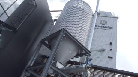Das Verwaltungsgericht Augsburg gab in einer Streitsache zwischen der Brauerei Ustersbach und der Gemeinde dem Unternehmen Recht. Somit kann es Wasser aus dem eigenen Brunnen für die Flaschenreinigung verwenden. Die Kommune verzichtete nun auf weitere Rechtsmittel.