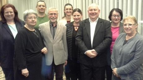 Claudia Schuster mit den Kandidaten (von links) Maria Sieber, Michael Kasbaum, Gerhard Heisele, Johanna Bader, Kerstin Seifert, Alfred Hammel, Brigitte Nöth und Ulrike Wolf-Hauer.