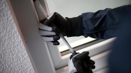 Der bislang unbekannte Täter brach laut POlizei ein Fenster auf.