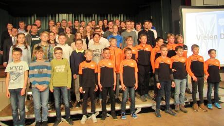 """107 Sportlerinnen und Sportler wurden in Horgau von Bürgermeister Thomas Hafner und """"Sportministerin"""" Annelies Lang aus der gemeindlichen Verwaltung ausgezeichnet."""