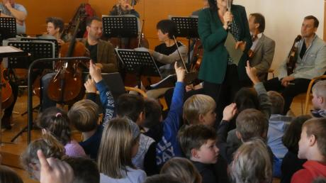 """Im Rahmen ihrer regelmäßigen Schulkonzerte waren die Augsburger Philharmoniker nach Aystetten gekommen. Erzählerin Katja Schild führte die Schüler der Grundschule einfühlsam in das musikalische Märchen """"Peter und der Wolf"""" von Sergej Prokofjew ein."""