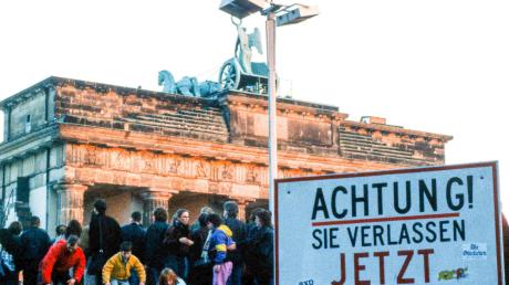 Den Mauerfall in Berlin 1989 fotografierte der Neusässer Daniel Biskup. Ausgewählte Motive stellt er im Neusässer Rathausfoyer aus.