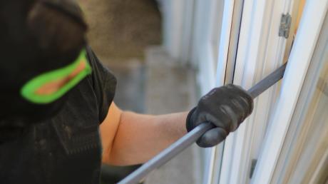 Gekippte Fenster machen es Einbrechern leicht, in eine Wohnung einzudringen.
