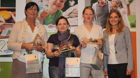 Organisatorin Katharina Pröll (rechts) bedankt sich bei den Referentinnen (von links) Irene Noack, Tanja Breitkopf und Dr. Katrin Adler.