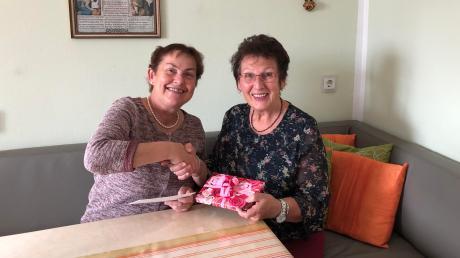 Die Pfarrgemeinderatsvorsitzende Rosmarie Gumpp (links) überbrachte Josefine Stuhler die Glückwünsche der Kirchengemeinde und der Geistlichen.