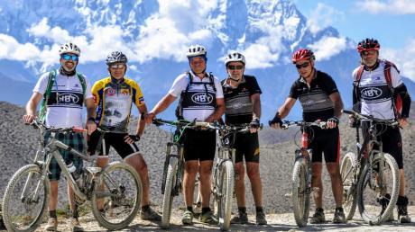 Mario Müller aus Fischach leitet die Mountainbike Gruppe über die Südseite im Himalaya.