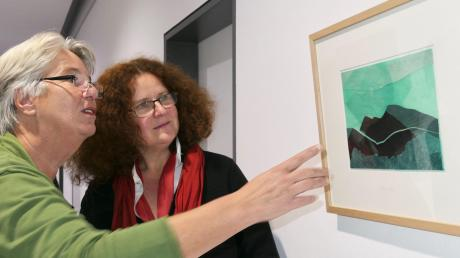 Andrea Groß (links) zeigt im Kunstraum Landratsamt ihre Linolschnitte und Collagen aus Müll vom Strand, dem sie neues Leben als Kunstwerk einhaucht.