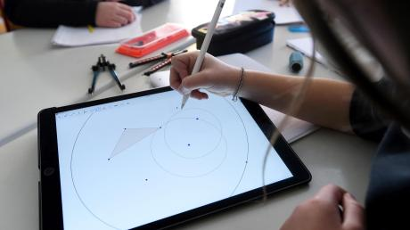 Geometrie geht nicht nur auf kariertem Papier, sondern auch auf dem Tablet. Digitale Hilfsmittel an den Schulen wird zwar gefordert und gefördert, aber es zeichnet sich immer deutlicher ein Trend ab: Schulen auf dem Land kommen schneller an Geld und Medien als Schulen in der Großstadt.