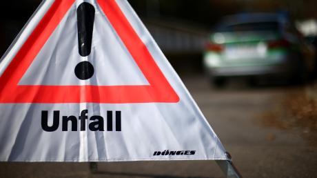 Vier Menschen sind nach einem Verkehrsunfall bei Zusamzell leicht verletzt ins Krankenhaus gebracht worden.