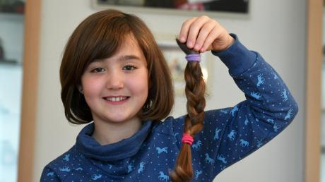 Zwei Jahre lang ist die siebenjährige Sophia Strobl aus Thierhaupten nicht zum Friseur gegangen. Im Oktober war es dann soweit. Sie hat 28 Zentimeter ihrer langen Mähne abschneiden lassen. Diese werden nun zu einer Echthaarperücke für kranke Menschen verarbeitet.