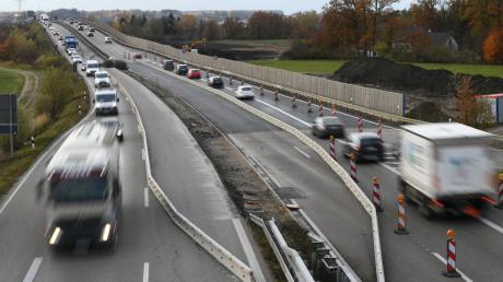 Seit Wochen geht es auf der Bundesstraße 2 im Bereich von Langweid und Biberbach eng zu. In jede Fahrtrichtung war eine Spur gesperrt. Bis Freitag soll nun der Mittelstreifen mit Beton gefüllt werden. Außerdem werden Pfosten für die Mittelleitplanke angebracht.