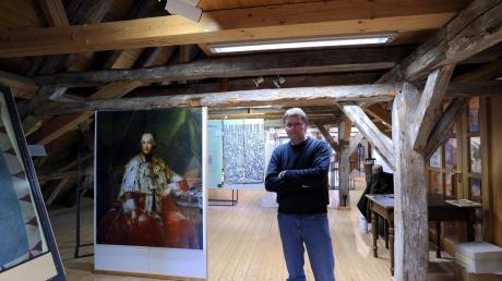 Museumsleiter Andreas Decke im Heimatmuseum Zusmarshausen. Seit 20 Jahren gibt es hier wechselende Kunstausstellungen. Die Idee hatte Jürgen Schmid, der das Heimatmuseum in Zus bis 2014 leitete.