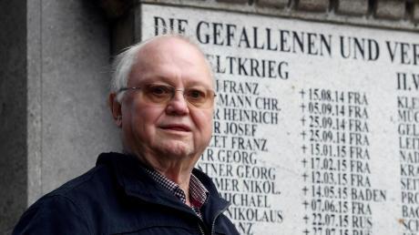 Zeilen der Hoffnung zum Gedenken an die OpferJosef Jungbauer aus Kutzenhausen ist der Vorsitzende des Veteranen- und Soldatenkameradschaftsvereins und hat ein Gedicht zum Volkstrauertag geschrieben. Das Bild zeigt ihn am Kriegerdenkmal auf dem örtlichen Friedhof.