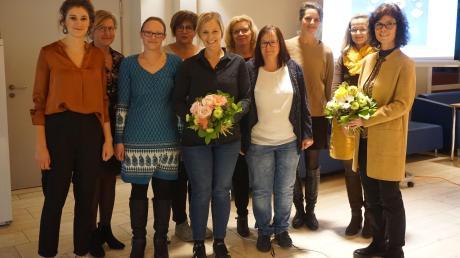 Anja Roth (rechts) freut sich über die große Resonanz auf ihren Vortrag. Dank gab es für Barbara Schmid (Fünfte von links) für ihre Arbeit mit den Schülern.
