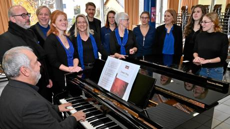 """Beim Wertungssingen """"Sing Dein Bestes"""", organisiert vom Augsburger Sängerkreis, kommt es auch aufs """"Warmmachen"""" an: Hier ist der Zusmarshauser Chor """"MixDur"""" unter der Leitung von Johann Mayer (am Flügel) beim Einsingen."""
