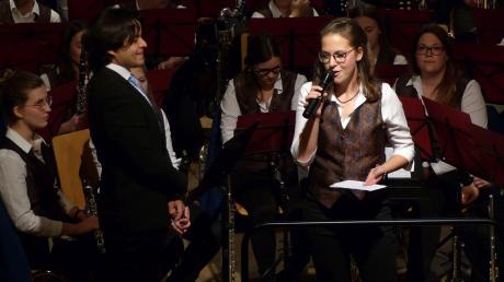 Dirigent José Jesús Olivetti und Julia Strohwasser sorgten für entspannte Stimmung und einiges Schmunzeln zwischen den Stücken.