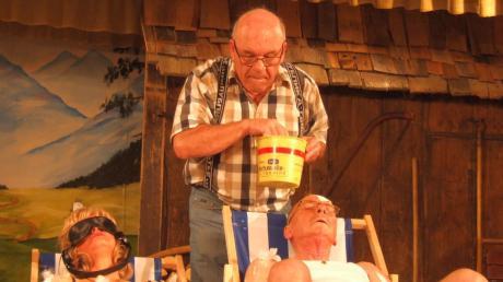 """Mit dem Schwank """"Opa, es reicht!"""" präsentierte die Theatergruppe der Kolpingsfamilie Fischach ein Stück voller Überraschungen mit Witz, Charme und eine, mitreißenden Ensemble. Vier Aufführungen folgen noch."""