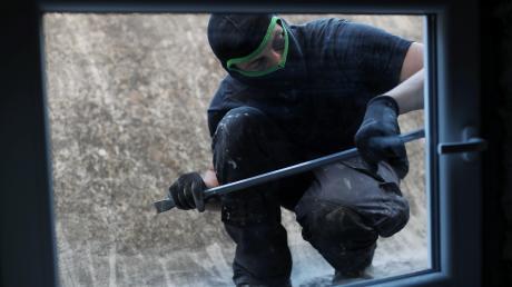 Mit mitgebrachtem Werkzeug werden Terrassentüren, Fenster im Erdgeschoß oder im Keller aufgehebelt und kaum fünf Minuten später sind die Täter mit der Beute verschwunden.