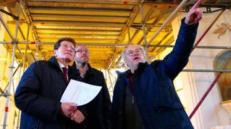 Über den Sanierungsbedarf in der Eggelhofkapelle informierte Kirchenpfleger Richard Merz (rechts) Georg Winter (links) und den Langweider Bürgermeister Jürgen Gilg.