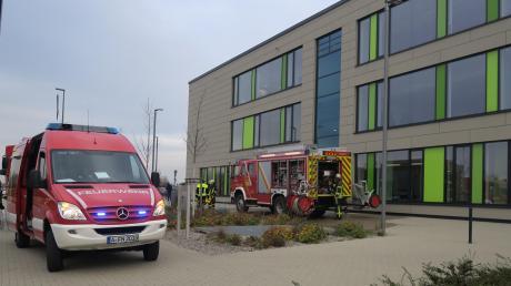 Vor dem Beruflichen Schulzentrum in Neusäß ist am Dienstagnachmittag die Feuerwehr angerückt. Gas ist in den Fluren der Schule ausgetreten, weswegen die Schule evakuiert werden musste. Der Unterricht am Nachmittag fiel für die Schüler aus.