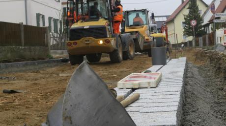 """Wegen der Baustelle an der Horgauer Hauptstraße musste ein Geschäft vorübergehend schließen. Ein Ende ist nicht in Sicht.Im Rahmen des Projektes """"Dorferneuerung"""" des Amtes für Ländliche Entwicklung (ALE) soll Horgau und später auch Horgauergreuth für rund 3,71 Millionen Euro einen neuen Ortskern bekommen."""