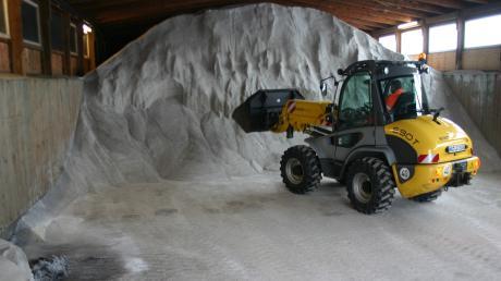 Der Kreisbauhof ist fit für den Winterdienst. 850 Tonnen Salz lagern auf dem Gelände in Unterroth.