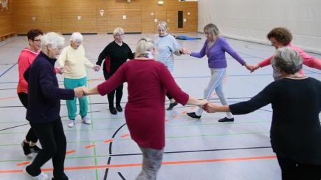 """Ein Tanz zum Aufwärmen, dann üben die Teilnehmer von """"Biberbach in Balance"""" das gesunde Körpergefühl."""