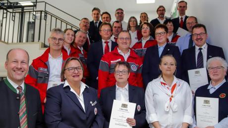 Landrat Martin Sailer (vorne links), BRK-Vorsitzender Paul Steidle (dritter von links in der dritten Reihe) sowie BRK-Geschäftsführer Thomas Haugg (zweiter von links, ganz hinten) gratulierten den Geehrten zu zusammen 1150 Jahren Ehrenamt im Roten Kreuz.