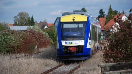 Bisher waren die Triebwagen der Bayerischen Regiobahn auf der Strecke der Staudenbahn nur gelegentlich zu Besuch. Ab 2022 sollen sie dort fahrplanmäßig rollen und eine Verbindung nach Augsburg herstellen. Die ins Stocken geratenen Pläne sorgen für Unsicherheit in Gessertshausen.