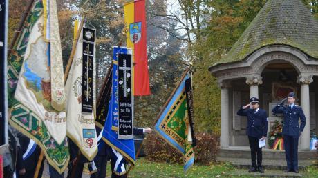 Fahnenabordnungen begleiteten die Feierlichkeiten zum 100. Jubiläum des Krieger- und Soldatenvereins Ustersbach-Mödishofen. Unser Bild zeigt die Aufwartung nach dem Festgottesdienst vor dem Kriegerdenkmal.