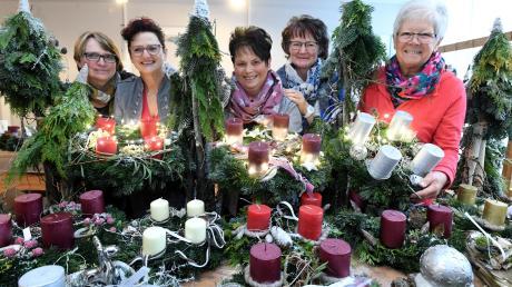 Der Katholische Frauenbund Dinkelscherben veranstaltet am kommenden Sonntag im Pfarrheim Dinkelscherben seinen Adventsbasar: (im Bild von links) Margot Scherer, Christl Mayr, Heidi Beßle, Karin Schubaur und Maria Mittermeier.