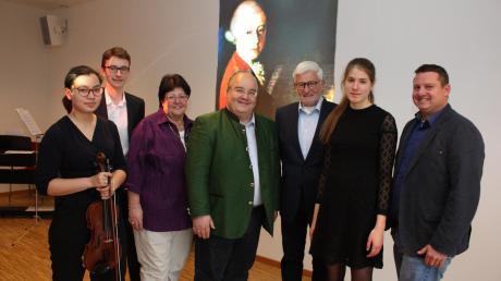 Die Familie Mozart hat ihre Wurzeln in Leitershofen, wie Heinz Münzenrieder (Dritter von rechts) in seinem Vortrag deutlich machte.