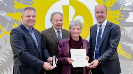 Landrat Martin Sailer (rechts) überreichte das Ehrenzeichen des Bayerischen Ministerpräsidenten an Christine Pototzky. Bei der Feierstunde waren auch ihr Mann und Bürgermeister Toni Brugger (rechts) dabei.