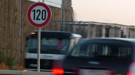 Auf der A8 soll künftig Tempo 120 vorgeschrieben sein.