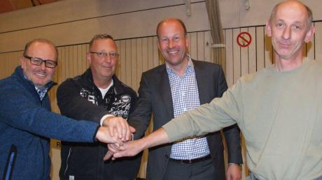 Landrat Martin Sailer (zweiter von rechts) stand in Fischach örtlichen Vertretern von Vereinen und Organisationen Rede und Antwort, so auch (von links) Wolfgang Angerer, Andreas Niggemann und Franz Meitinger.