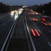 Bis zum Aufbau der angekündigten digitalen Schilderbrücken an der A8 müsste das Tempolimit mit herkömmlichen Schildern ausgewiesen werden.
