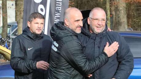 Piep, piep, piep – wir haben uns wieder lieb. Meitingens Trainer Paolo Mavros staunt, wie gut sich die Abteilungsleiter Torsten Vrazic (TSV Meitingen) und Klaus Assum (TSV Gersthofen) schon vor Spielbeginn verstehen.