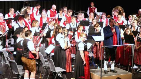 Beim gemeinsamen Musizieren der beiden Kapellen aus Neusäß und Vilshofen wurde es voll auf der Bühne der Neusässer Stadthalle.