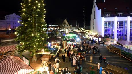 Bereits am Donnerstag startet auf dem Gersthofer Rathausplatz der Weihnachtsmarkt. Außerdem gibt es hier die Möglichkeit zum Schlittschuhlaufen.