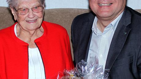 Die Glückwünsche der Marktgemeinde Thierhaupten zum 90. Geburtstag von Maria Kiss (links) überbrachte Bürgermeister Toni Brugger.