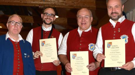 Mit Urkunden und Ehrennadeln dankte Bernhard Christl vom ASM (links) den Musikern Michael Fischer, Franz Leipold und Philipp Bergmeir (v. re.) für 25 Jahre Treue.