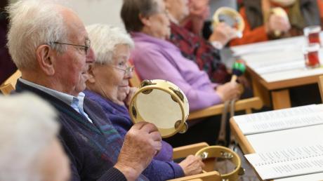 Beim Musizieren böühen die Senioren in der Zusmarshauser Sozialstation auf.