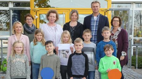 Die Klassensprecher der vierten Klassen der Parkschule Stadtbergen übergeben die Spende.