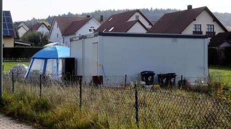 Mutter und Sohn leben auf 36 Quadratmetern in einem Container am Ortsrand von Emersacker.